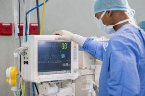 Cirurgião analisando um respirador
